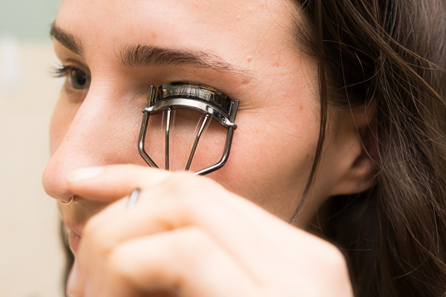 how to use eyelash curler. ways to curl your eyelashes with/without an eyelash curler | valvi girl how use e